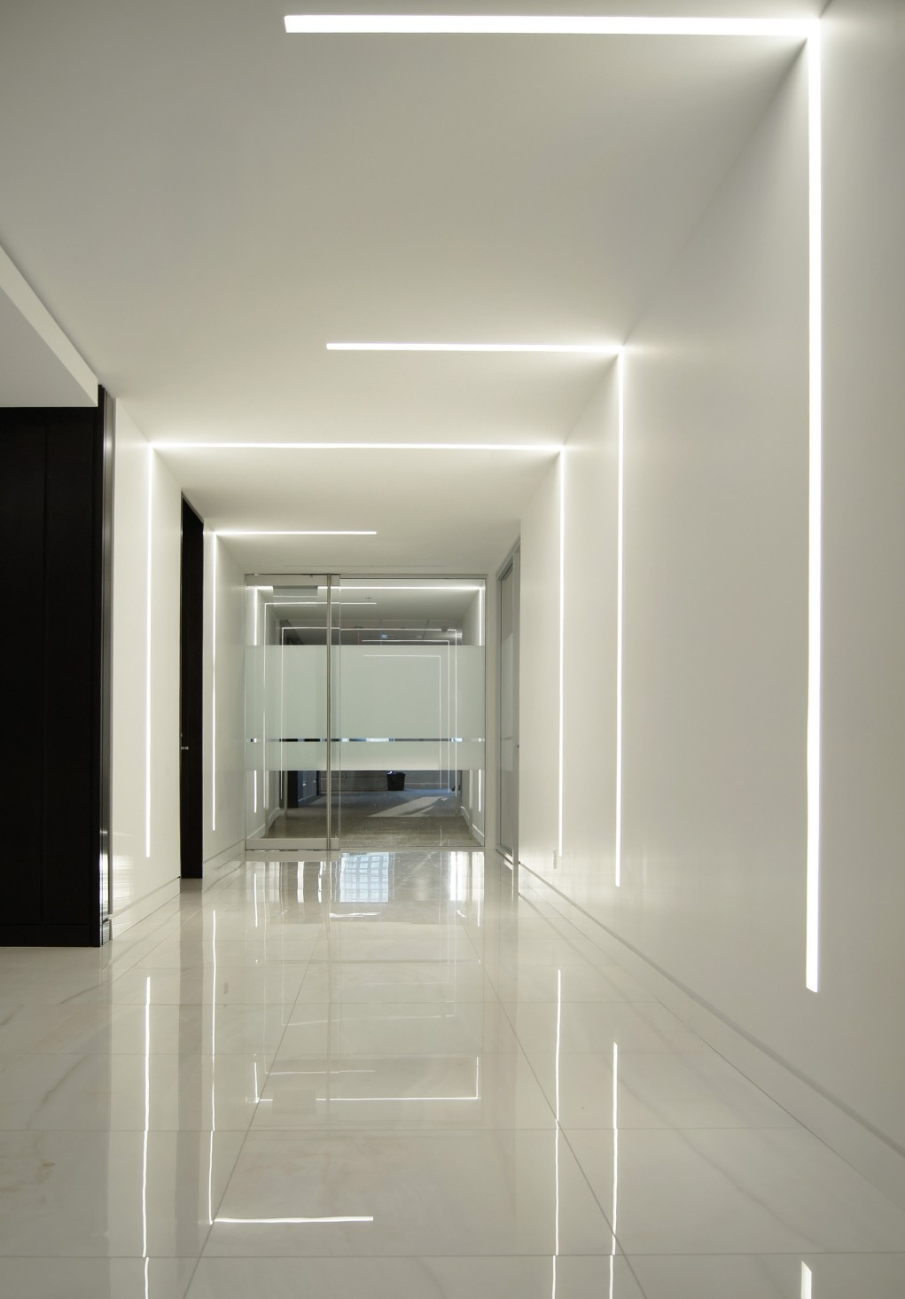 In corridors, trimless Lumenline Recessed and Lumenline Recessed TBAR luminaires start from the ceilings and extend on the walls.