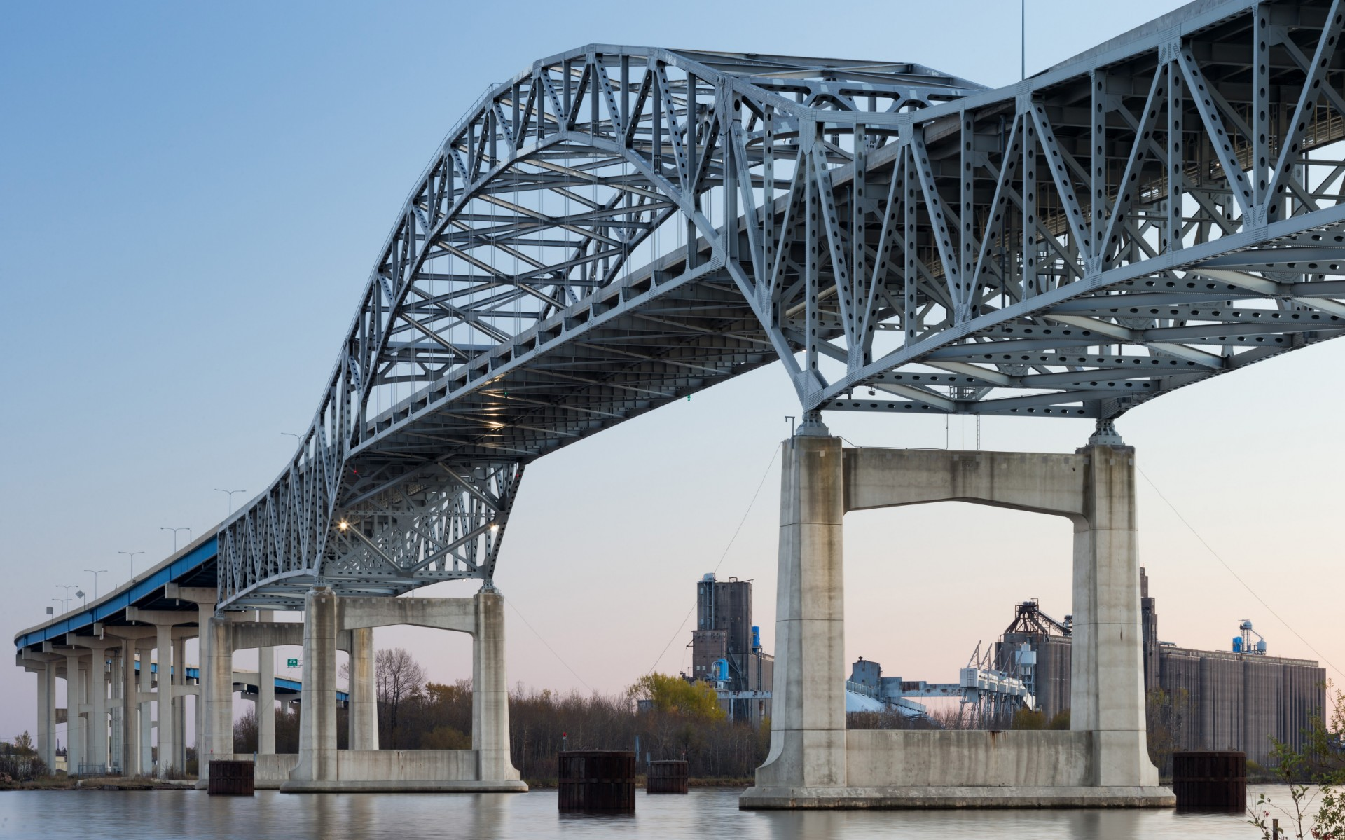 Lumentalk simplified the conversion to LED lighting and digital control, reducing the total amount of necessary conduit, cable and labor on the massive bridge.