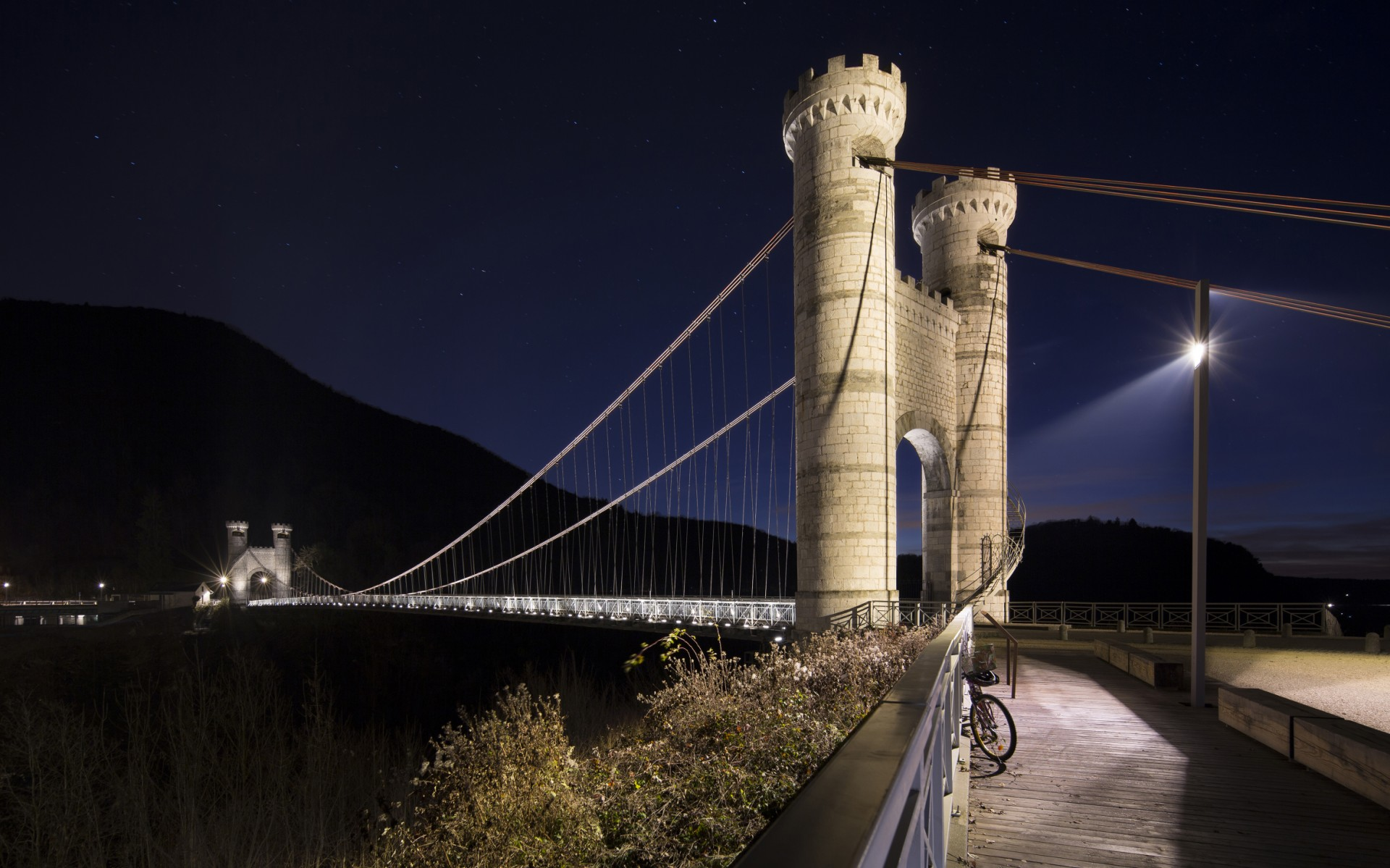 Les Eclairagistes Associés then used Lumenbeam Medium luminaires in 2700K to floodlight the bridge's towers, accenting architectural details and making the structures visible from a distance.