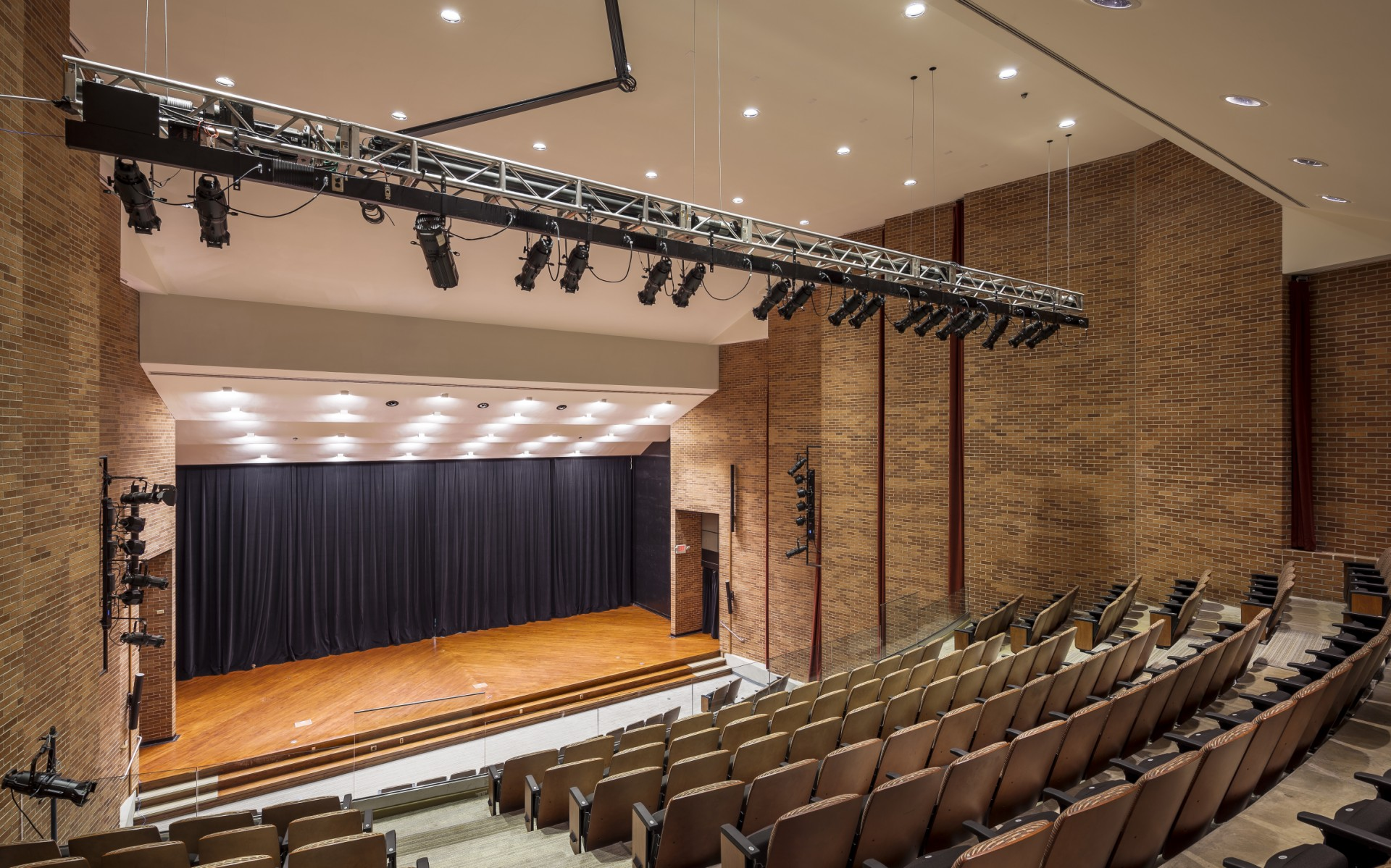 With full dimming down to 1%, the luminaires allow the concert hall to host a much wider range of events.