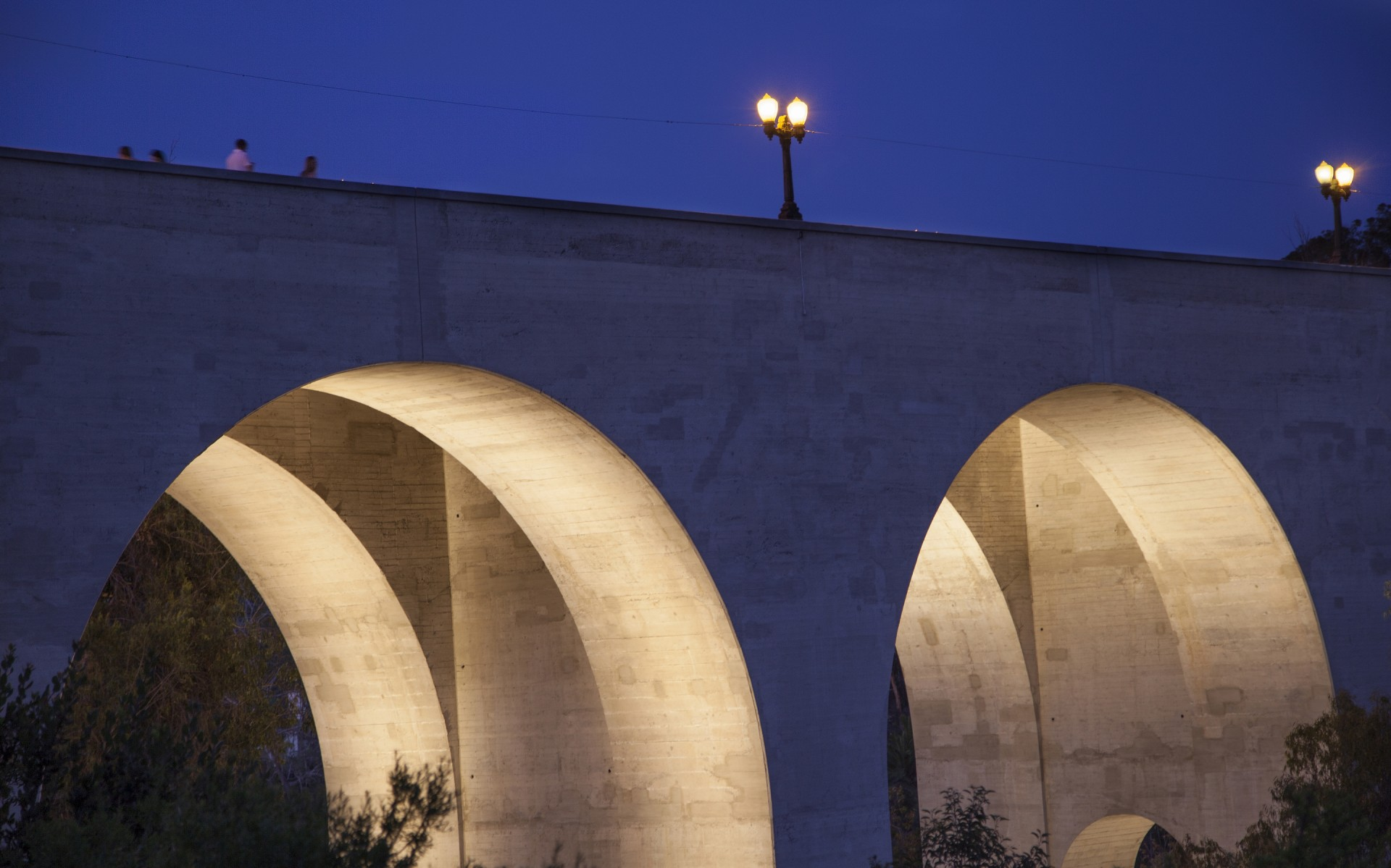 The undersides of the bridge's 46-foot-wide arches were cross-lit with Lumenbeam Large and Extra Large luminaires in 3000K.
