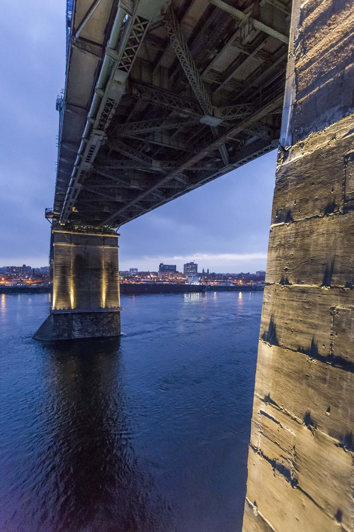 The lighting design used approximately 95 high-performance Lumenpulse Lumenfacade luminaires to light the bridge pillars. – The Jacques Cartier and Champlain Bridges Incorporated